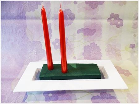 Na vánoční svícen se nejlépe hodí úzké dlouhé svíčky, které jsou běžně k sehnání v květinářstvích i supermarketech.