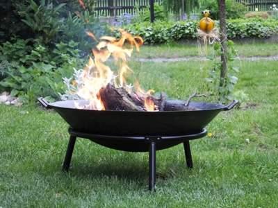 Velkým hitem jsou i přesnosné ohniště, které využijete k přípravě špekáčků, ale třeba také kuřat vložených do rožhvaných uhlíků v alobalu apod. Zdroj: Harasim velkoobchod