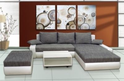 Šedo-bílá kombinace čalouněné a kožené sedačky vypadá velice lusuxně a moderně